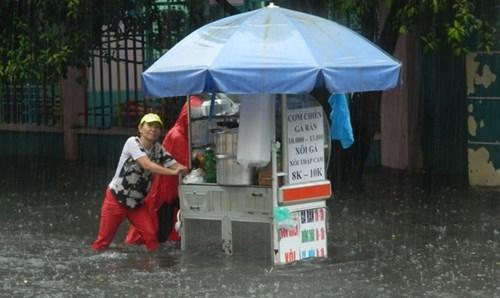 Khổ cực đến trường dưới cơn mưa khủng khiếp ở Sài Gòn - ảnh 18
