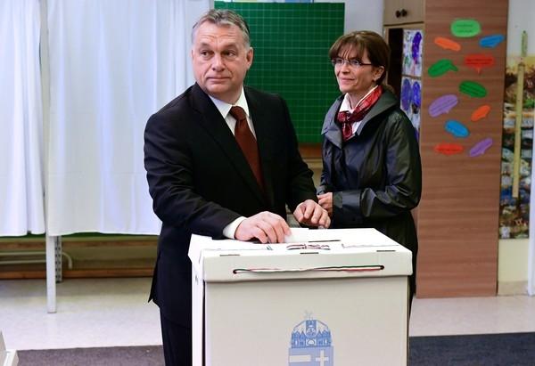 Thủ tướng Orban tham gia cuộc trưng cầu dân ý. (Ảnh: Zimbio)