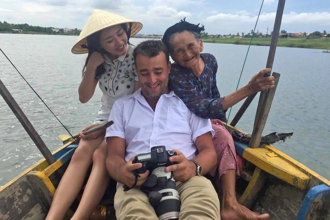 Văn Mai Hương chụp ảnh cùng 'Cụ bà đẹp nhất thế giới' ở Hội An