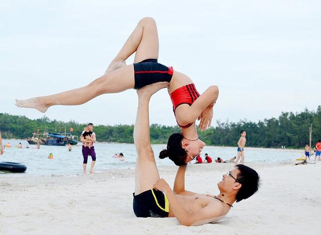 Các động tác trong nhánh Arco Yoga đỏi hỏi sự khéo léo, ăn ý giữa hai người. Nhiều lúc hai người mải mê chinh phục một động tác mà mất đến vài ngày, ngã lên ngã xuống. Sau mỗi buổi tập, hai bạn trẻ lại rủ nhau đi ăn uống tẩm bổ. Cứ như vậy ngày qua ngày thành ra hai người có tình cảm với nhau từ bao giờ không hay.