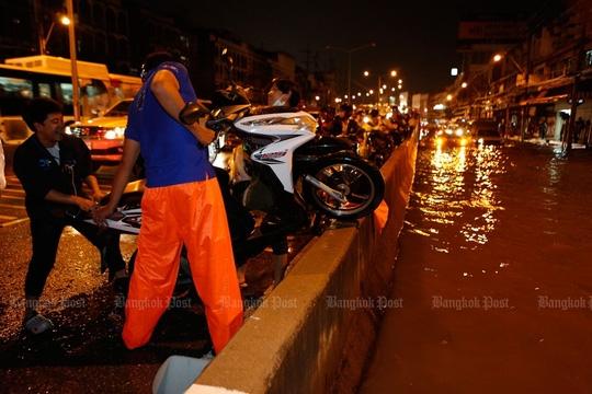 Giải cứu xe máy tại giao lộ Pongphet