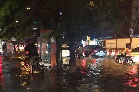 Đường Phahon Yothin gần giao lộ Kaset cũng ngập nước