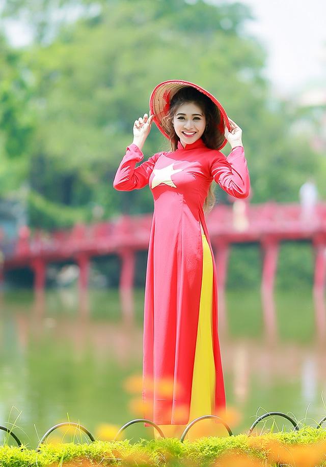 Hồ Ái Thơ khoe dáng người thanh mảnh trong trang phục áo dài màu cờ Tổ quốc