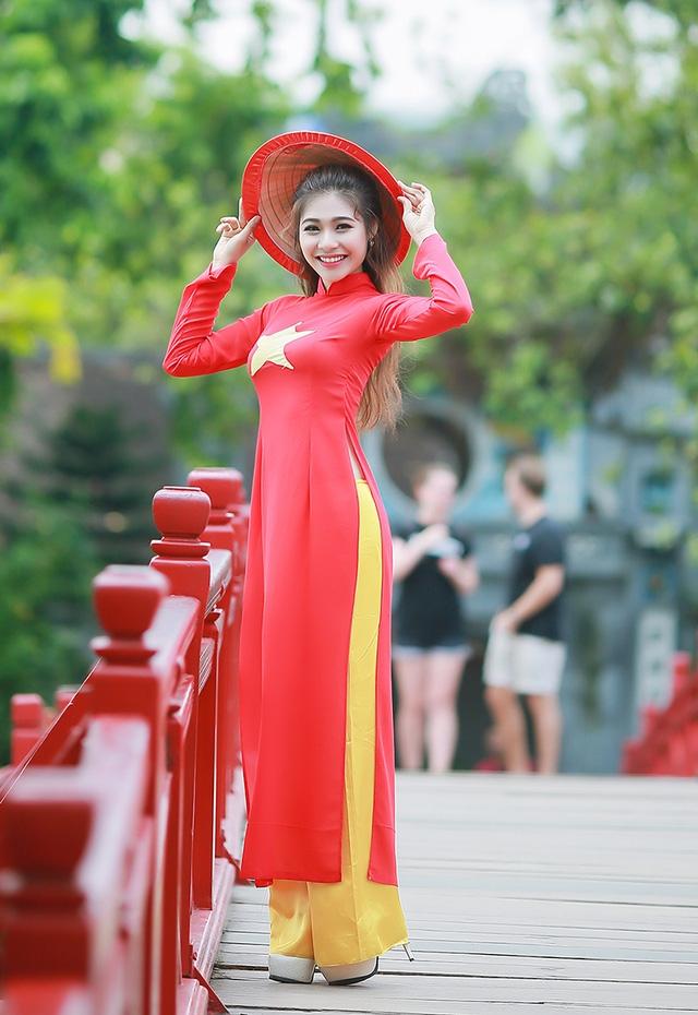 Tân hoa khôi Sinh viên Hà Nội có nụ cười khả ái và ánh mắt thu hút mọi người xung quanh.
