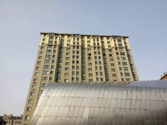 Trung Quốc: Nổ khu dân cư, 3 người bắn từ tầng 14 xuống đất chết thảm - Ảnh 2.