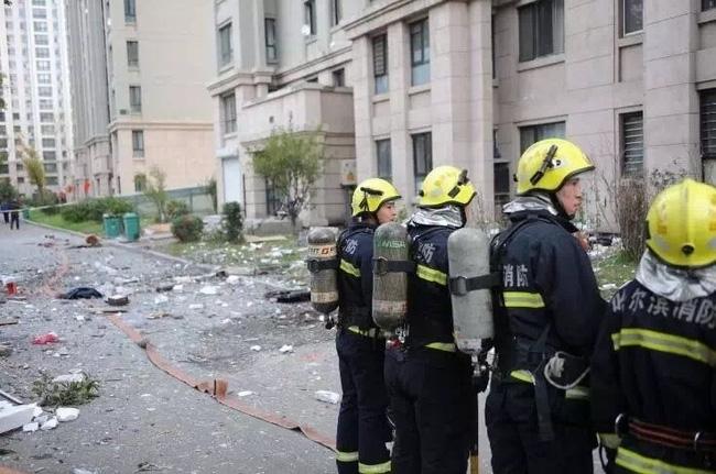 Trung Quốc: Nổ khu dân cư, 3 người bắn từ tầng 14 xuống đất chết thảm - Ảnh 6.