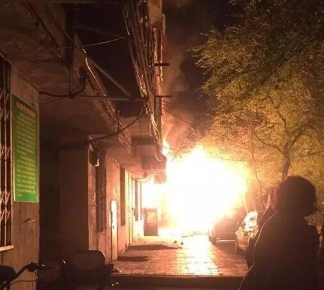 Trung Quốc: Nổ khu dân cư, 3 người bắn từ tầng 14 xuống đất chết thảm - Ảnh 9.