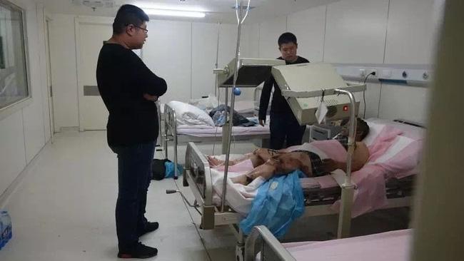 Trung Quốc: Nổ khu dân cư, 3 người bắn từ tầng 14 xuống đất chết thảm - Ảnh 12.
