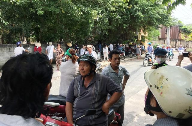 Rất đông người hiếu kỳ vây quanh trước cổng chùa - nơi xảy ra án mạng