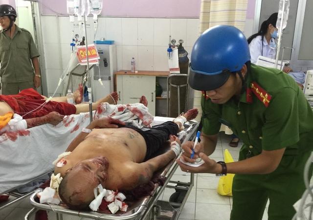 Công an đang ghi lời khai của một trong số các nạn nhân cấp cứu tại bệnh viện.