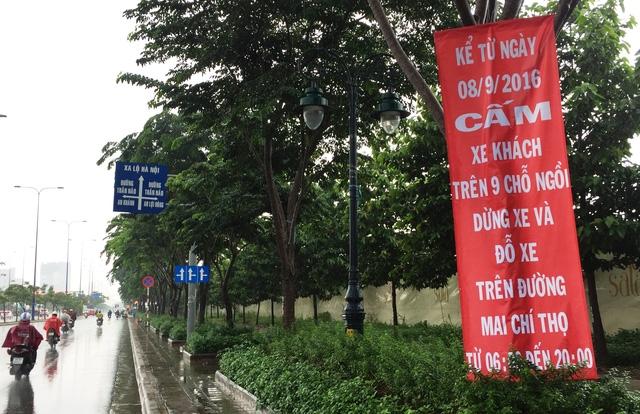 Nhiều tài xế xe khách khá bất ngờ và hoang mang khi nhìn thấy hàng loạt băng rôn cấm đậu, dừng ban ngày trên đại lộ Mai Chí Thọ đã có hiệu lực từ gần 1 tháng trước.
