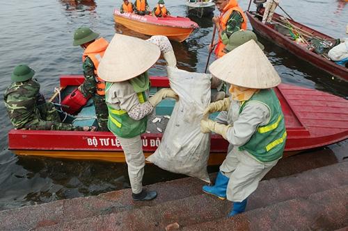Cận cảnh tiêu hủy 200 tấn cá chết ở Hồ Tây - 1