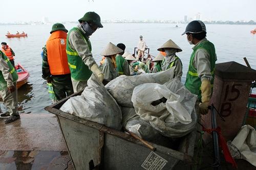 Cận cảnh tiêu hủy 200 tấn cá chết ở Hồ Tây - 2