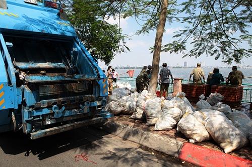 Cận cảnh tiêu hủy 200 tấn cá chết ở Hồ Tây - 5