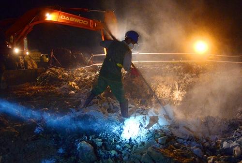 Cận cảnh tiêu hủy 200 tấn cá chết ở Hồ Tây - 9