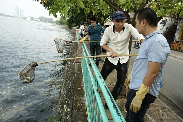 Bầu không khí khẩn trương, tích cực bao trùm khu vực cá trôi dạt. Lực lượng của các phường, quận phối hợp cùng lực lượng chức năng của thành phố, quân đội cùng tham gia vớt cá chết và rác ra khỏi lòng hồ.