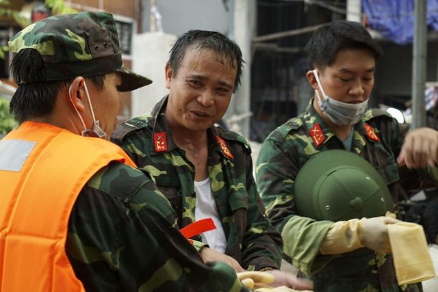 Những giọt mồ hôi trên gương mặt người lính.