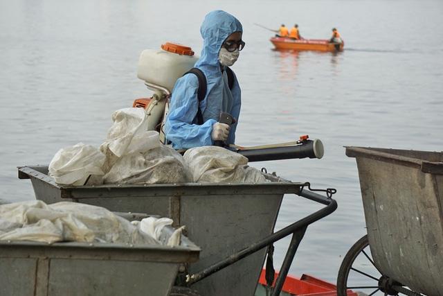 Trung tâm Y tế quận Long Biên và Tây Hồ được điều động ngay từ những ngày đầu xảy ra hiện tượng cá chết, phun thuốc khử trùng các chuyến xe chở các và khu vực lân cận.