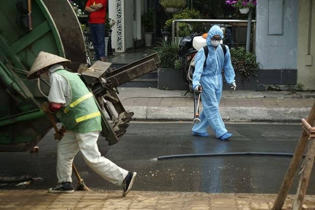 Sau đó, công nhân môi trường phun nước làm sạch cùng với khử trùng những nơi xác cá đi qua.