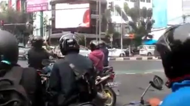 Indonesia bat nghi pham chieu phim nong giua pho hinh anh 1