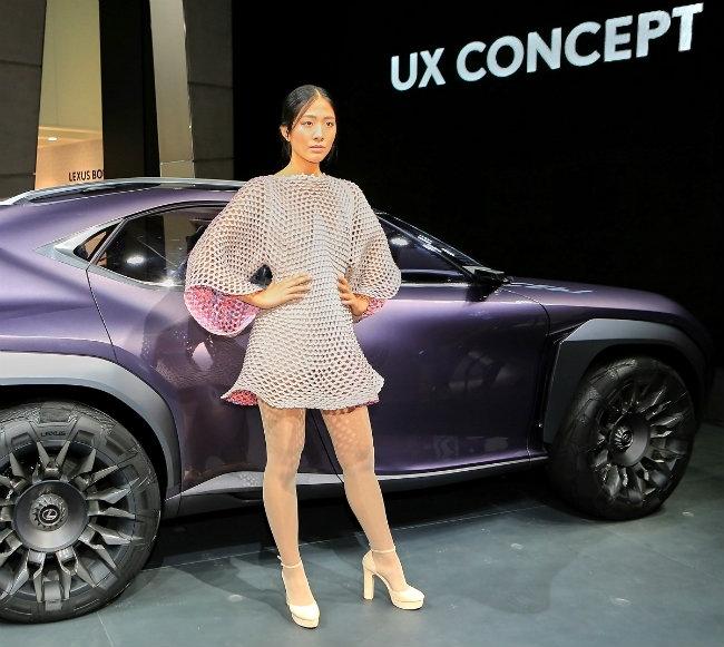 Hội tụ cùng dàn xế mới, hiện đại là dàn chân dài với vóc dáng, đường cong quyến rũ. Người đẹp trong bộ cánh độc đáo đứng bên Lexus UX Concept tím huyền ảo.