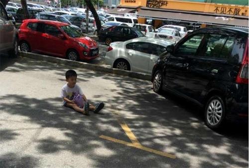 Phẫn nộ mẹ bắt con ngồi 20 phút giữa trời nắng để giữ chỗ đậu xe - 1