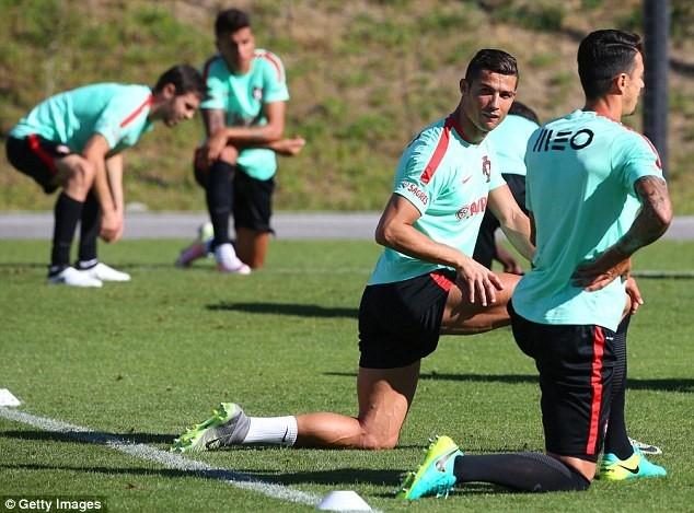 Ronaldo chay het minh tren san tap cung tuyen Bo Dao Nha hinh anh 2