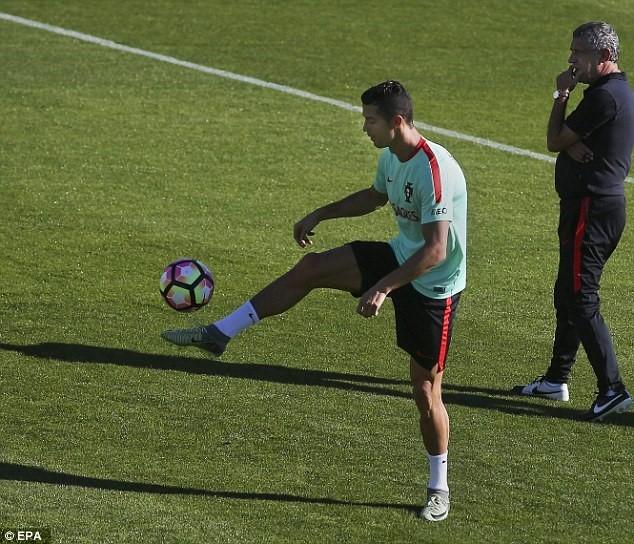 Ronaldo chay het minh tren san tap cung tuyen Bo Dao Nha hinh anh 4
