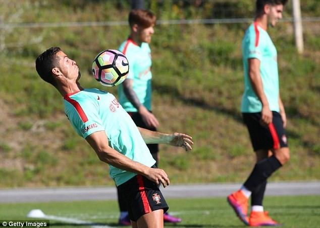 Ronaldo chay het minh tren san tap cung tuyen Bo Dao Nha hinh anh 5