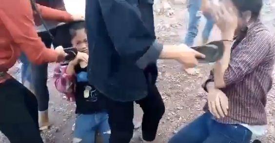 Hai nữ sinh lớp 9 Trường THCS Quỳnh Long dùng dép tông tát vào mặt 2 nữ sinh Trường THCS Quỳnh Thuận (ảnh cắt từ clip).
