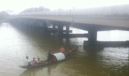 Tìm thấy thi thể nam thanh niên chết đuối dưới chân cầu Phú Xuân