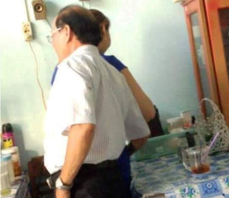 Hình ảnh ông Hồ Ngọc Tấn quàng tay vào vùng nhạy cảm của nữ tạp vụ được cắt ra từ clip.