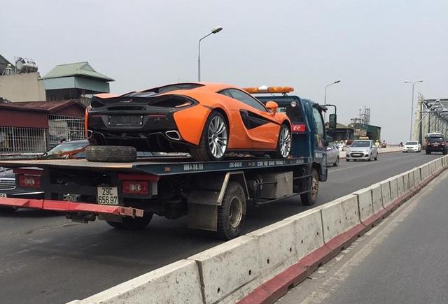 Siêu xe được vận chuyển bằng xe cứu hộ để đến địa điểm tập kết và lên xe chuyên dụng vào Sài thành.