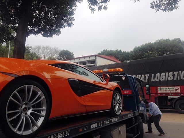 Ngoại thất màu cam kết hợp cùng nhiều chi tiết phủ carbon ngoại thất mang đến vẻ đẹp cá tính cho McLaren 570S.