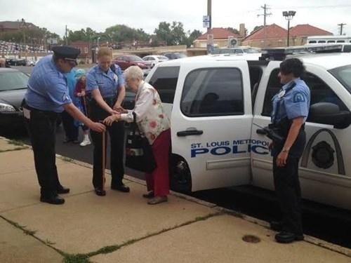 Cụ bà 102 tuổi ước mơ 'được' cảnh sát bắt một lần trong đời - ảnh 1