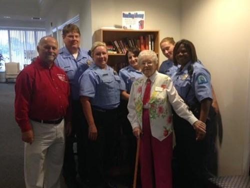 Cụ bà 102 tuổi ước mơ 'được' cảnh sát bắt một lần trong đời - ảnh 4