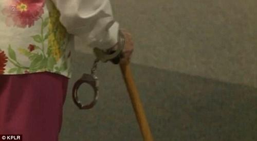 Cụ bà 102 tuổi ước mơ 'được' cảnh sát bắt một lần trong đời - ảnh 5