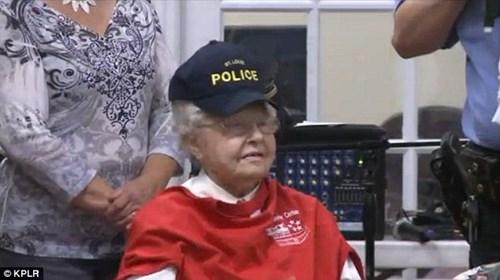 Cụ bà 102 tuổi ước mơ 'được' cảnh sát bắt một lần trong đời - ảnh 7