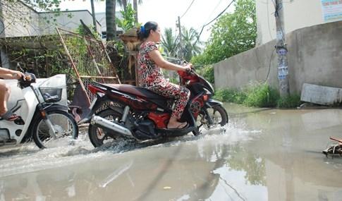 Dân Sài Gòn khổ sở vì nước ngập cả tháng không rút - ảnh 3
