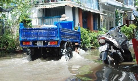 Dân Sài Gòn khổ sở vì nước ngập cả tháng không rút - ảnh 4