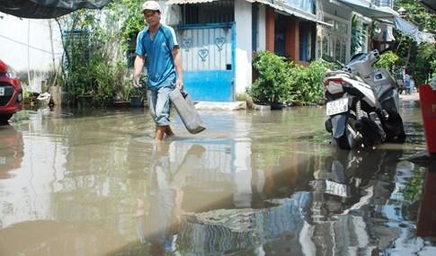 Dân Sài Gòn khổ sở vì nước ngập cả tháng không rút - ảnh 6