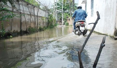 Dân Sài Gòn khổ sở vì nước ngập cả tháng không rút - ảnh 7