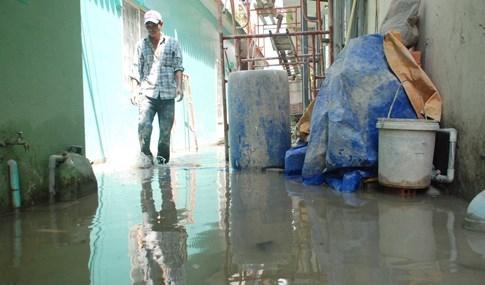Dân Sài Gòn khổ sở vì nước ngập cả tháng không rút - ảnh 8