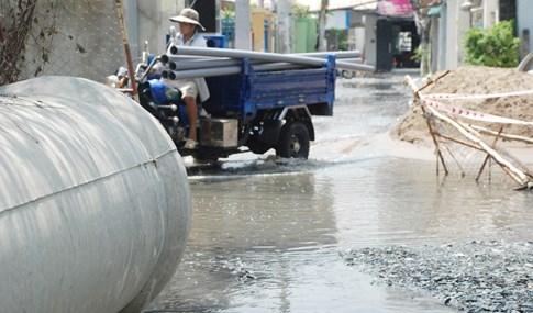 Dân Sài Gòn khổ sở vì nước ngập cả tháng không rút - ảnh 11