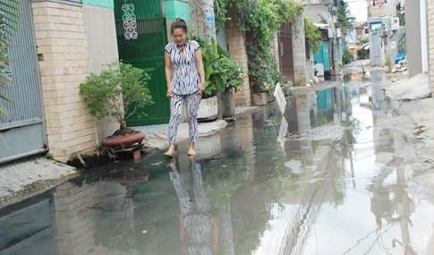 Dân Sài Gòn khổ sở vì nước ngập cả tháng không rút - ảnh 13