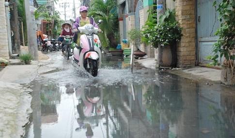 Dân Sài Gòn khổ sở vì nước ngập cả tháng không rút - ảnh 14