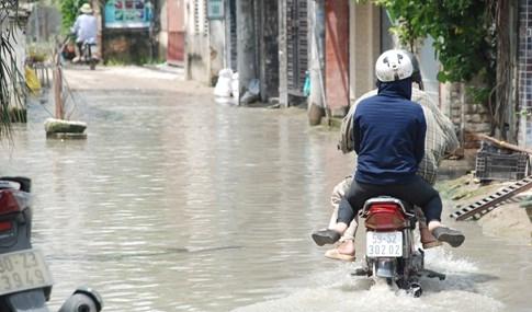 Dân Sài Gòn khổ sở vì nước ngập cả tháng không rút - ảnh 16