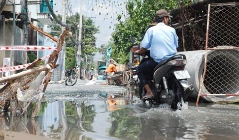 Dân Sài Gòn khổ sở vì nước ngập cả tháng không rút - ảnh 18