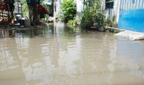 Dân Sài Gòn khổ sở vì nước ngập cả tháng không rút - ảnh 20