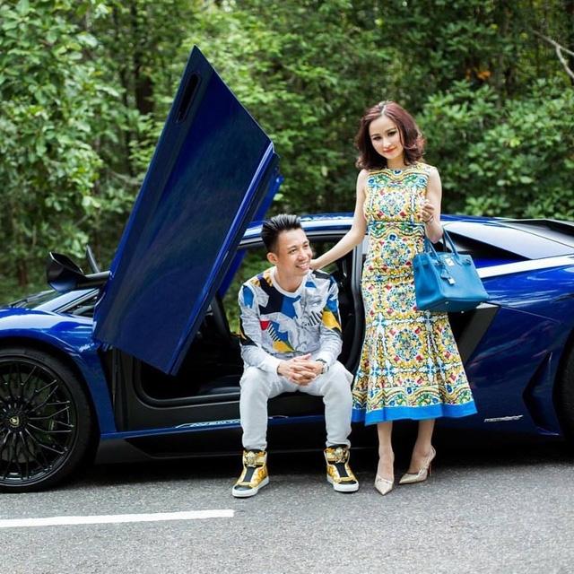 Đại gia Minh Nhựa và vợ tạo dáng bên siêu xe Lamborghini Aventador LP750-4 SV.